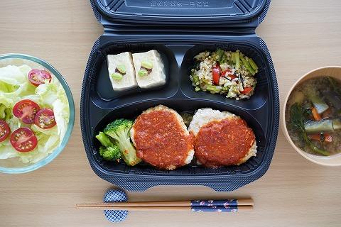 鶏肉と軟骨入り豆腐ハンバーグ・トマト